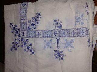 mantel de hilo blanco bordado azul.