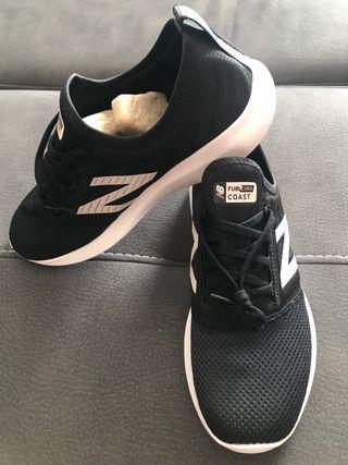 Zapatillas New Balance negras y blancas