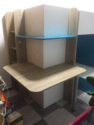 Cuarto niño con armario y escritorio