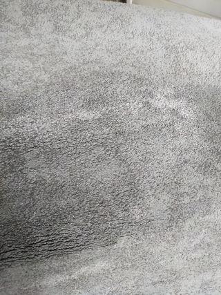 Alfombra STOENSE de pelo largo color gris.