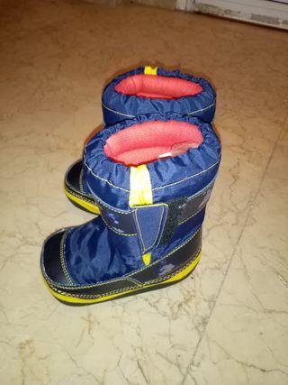 botas de nieve de niño.