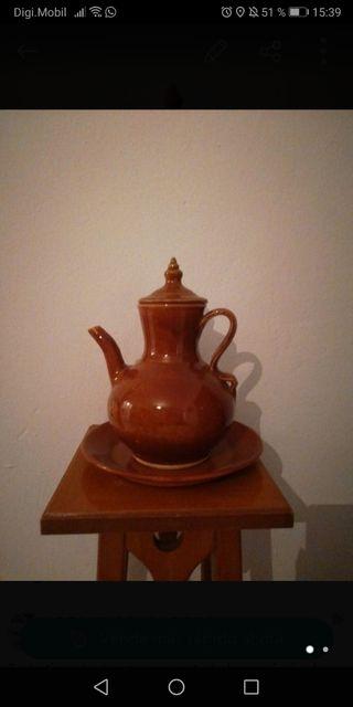 Cafetera de cerámica antigua