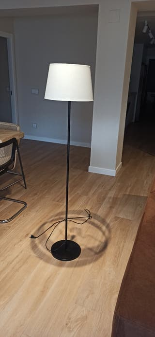 lampara de pie con base negra y pantalla blanca