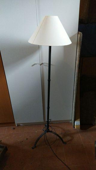 Lámpara de pie de forja con pantalla