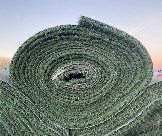 Césped artificial reciclado de campo de fútbol.