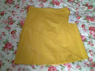 falda semil piel amarilla con etiqueta talla s