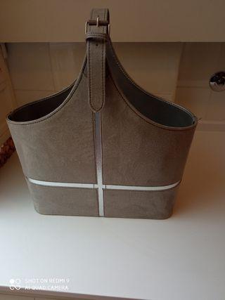 Revistero de terciopelo gris con adornos en plata