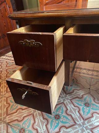 Mesa escritorio clásico, muy elegante.
