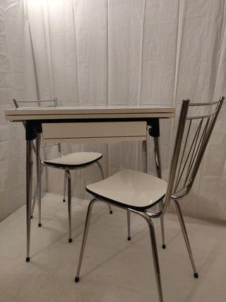 Mesa de cocina antigua ampliable con 2 sillas
