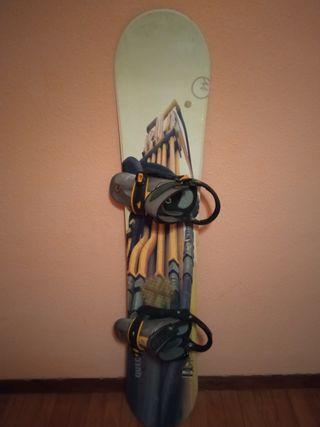 Tabla de snowboard con fijaciones.