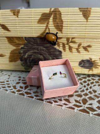 Anillo en plata de ley con piedras de color dorado