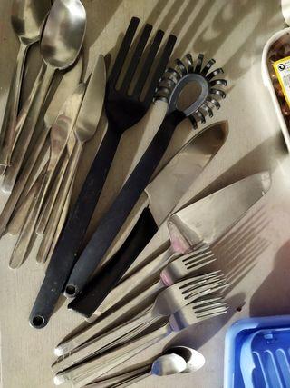 cosas para la cocina, cubiertos, sartén, platos..