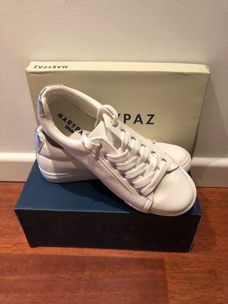 Zapatillas blancas con detalle plateado
