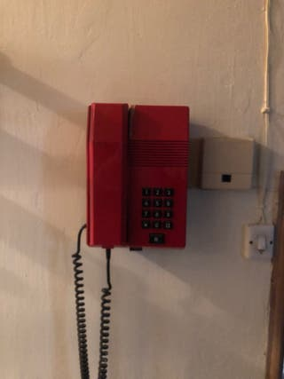 Teléfono antiguo de pared.