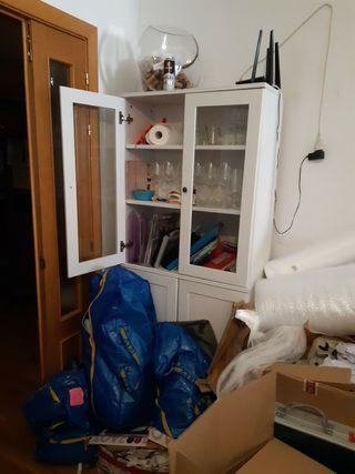 Mueble aparador con puertas de cristal y madera