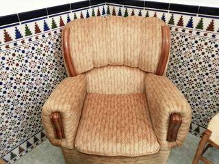 Un sofa de tres plazas, dos sillones y una mesa.