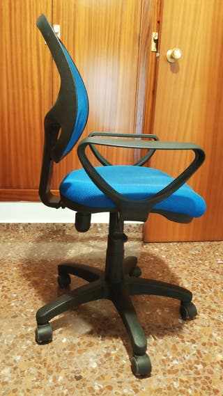 Silla de escritorio con cinco ruedas giratorias.