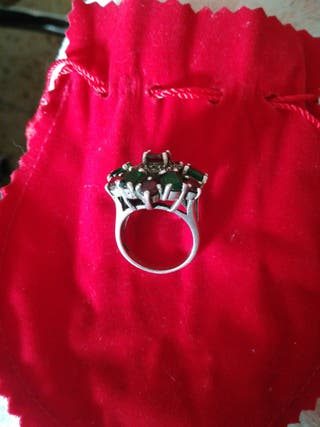 anillo plata con piedras preciosas verde y rojo.