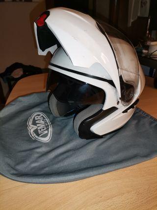 casco moto vemar modular con gafas de sol.