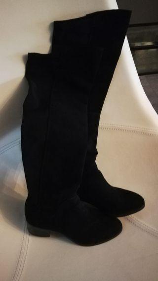Botas altas hasta la rodilla , número 36 .