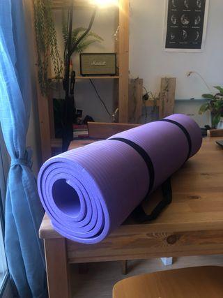 Esterilla gruesa de color púrpura. A estrenar.