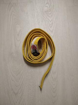 Cinturón blanco amarillo artes marciales