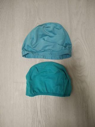 Dos gorros de tela para natación