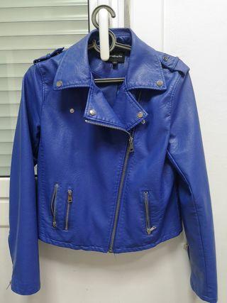 chaqueta polipiel talla L azul Klein stradivarius