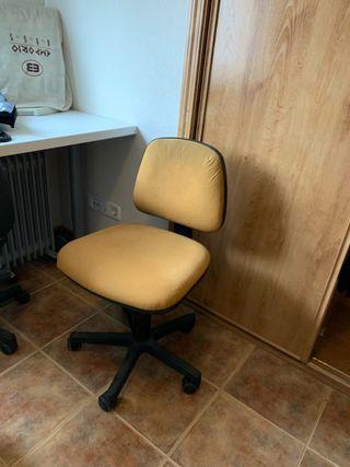 Mesa de trabajo con dos sillas de despacho con rue