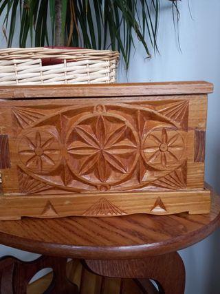 caja de madera tallada.
