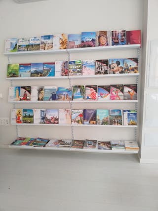 Estantería para exhibir catálogos y revistas