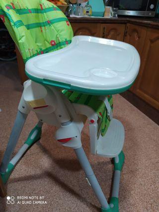 Trona reclinable para bebé.