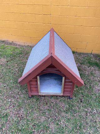 Caseta de madera de perro.