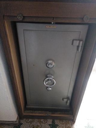 Caja fuerte con mueble sin llaves