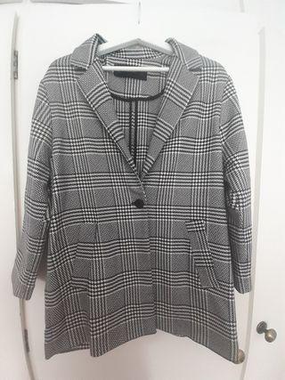 chaqueta Zara. talla M.cuadro blanco negro