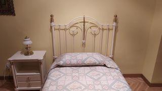 Dormitorio juvenil. Cabecero de forja y mesilla