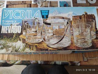 Cubo de hielo y 4 vasos