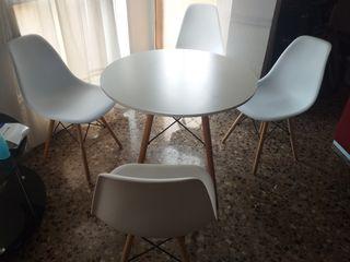 mesa con 4 sillas modernas