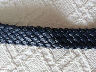 Cinturón azul marino trenzado.