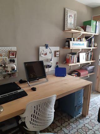estanterías y mesa de escritorio
