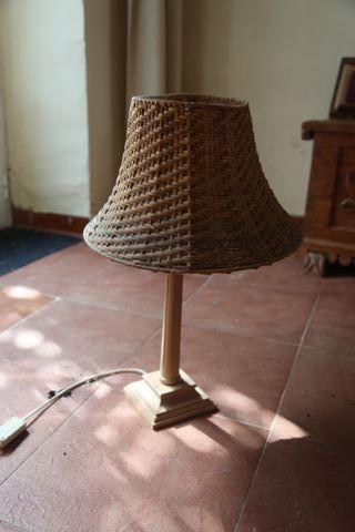 lamparita de pie de madera y pantalla de mimbre