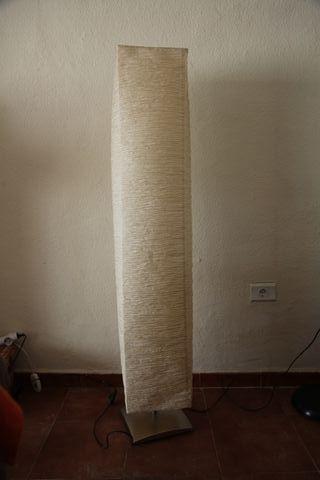 lámpara de pie con pantalla, altura 1,48 m.