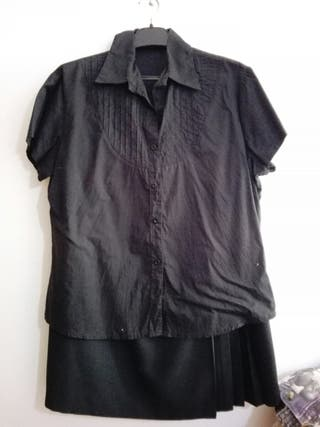 Conjunto falda y camisa negra.
