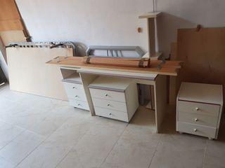 Cama, mesitas y escritorio