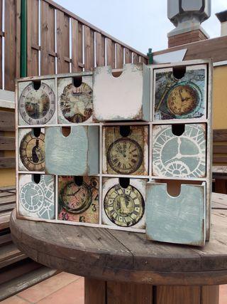 Mini cajonera decorada para guardar relojes