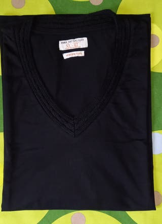 Camiseta manga larga negra cuello en pico- XL