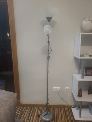 lámpara de pie gris