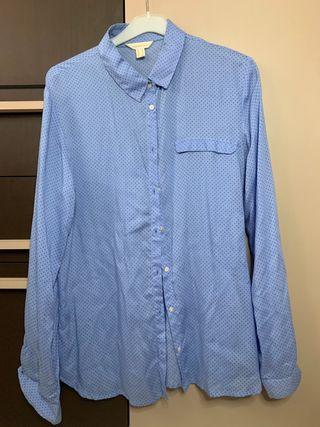 Camisa azul lunares negros