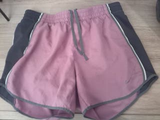 Short running chica Nike. Color rosa y gris.