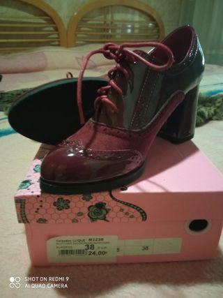 zapatos con tacon nuevos en su caja